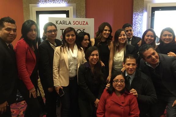 Karla Souza visita a gerentes de cines