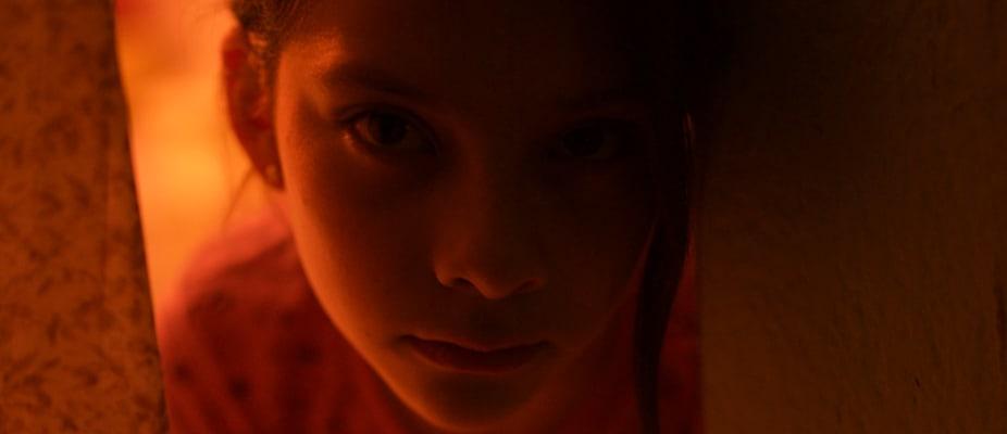 Close up al rostro de Paola Lara en escena de Vuelven.